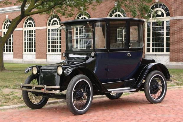 """Elbilen Detroit Electric från 1907. Den marknadsfördes som en """"bil för kvinnor"""". Inredningen i bilen ansågs likna ett vardagsrum. På den tiden var det ju ett väldigt bra argument att sälja just elbilar till kvinnor då detta var innan den elektriska självstarten uppfanns och man slapp då både att veva igång bilen och att riskera brutna handleder när motorn baktände."""