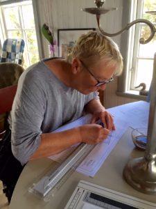 Anne-Marie synar detaljer i bygglovsritningarna.