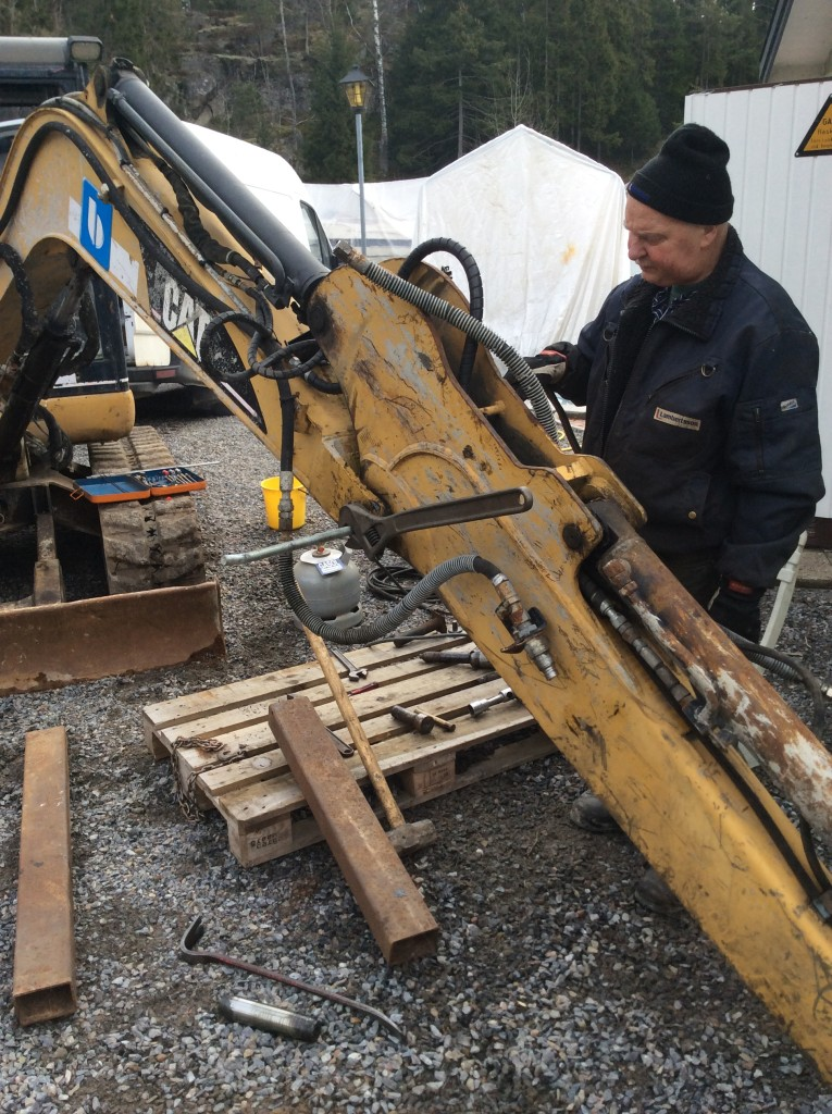 Reparation pågår med bussiga grannen Lasse